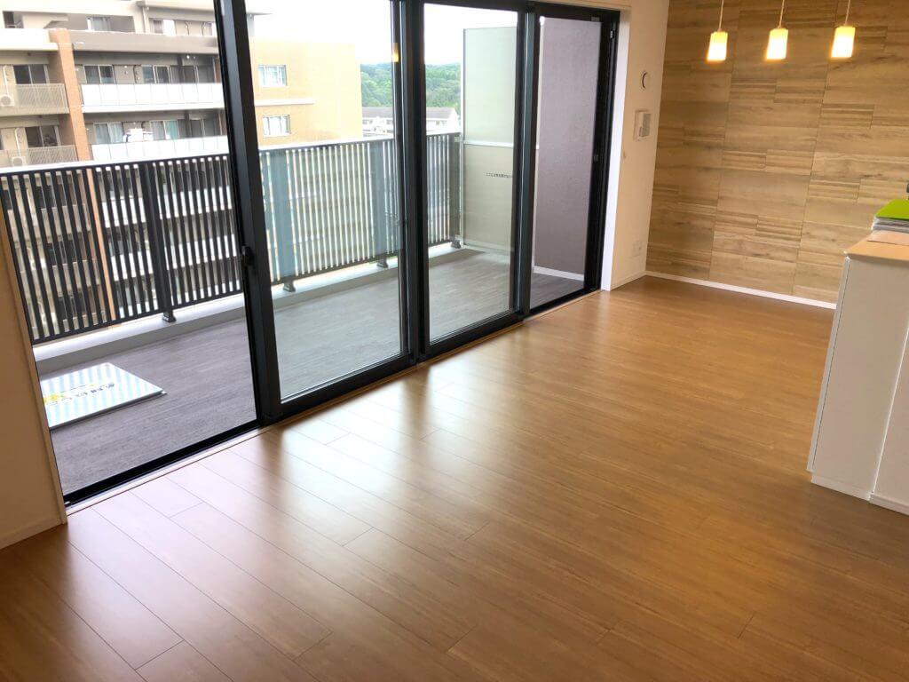 横浜市の新築マンションにてガラスフロアコーティング