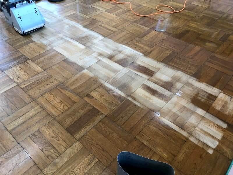 幼稚園の無垢フローリングの研磨中